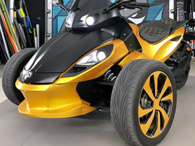 Трицикл BRP Spider оклеен в автопленку Avery SWF Black Satin и Energetic Yellow