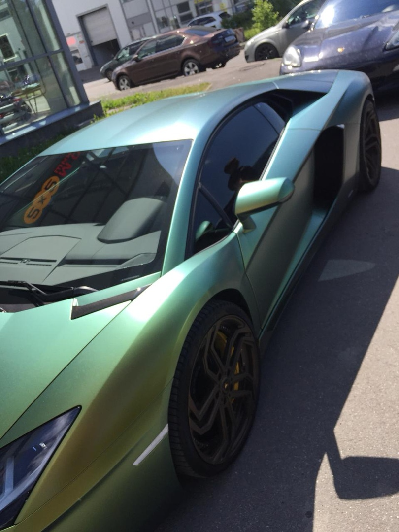 Lamborghini в пленке Avery COLOR FLOW Satin Fresh Spring Gold/Silve от DC Tuning (Санкт-Петербург)