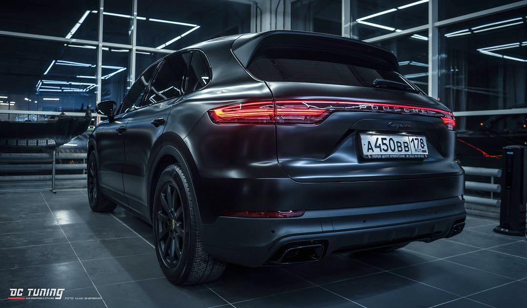 PORSCHE CAYENNE оклеен в Avery Satin Black компанией DC Tuning