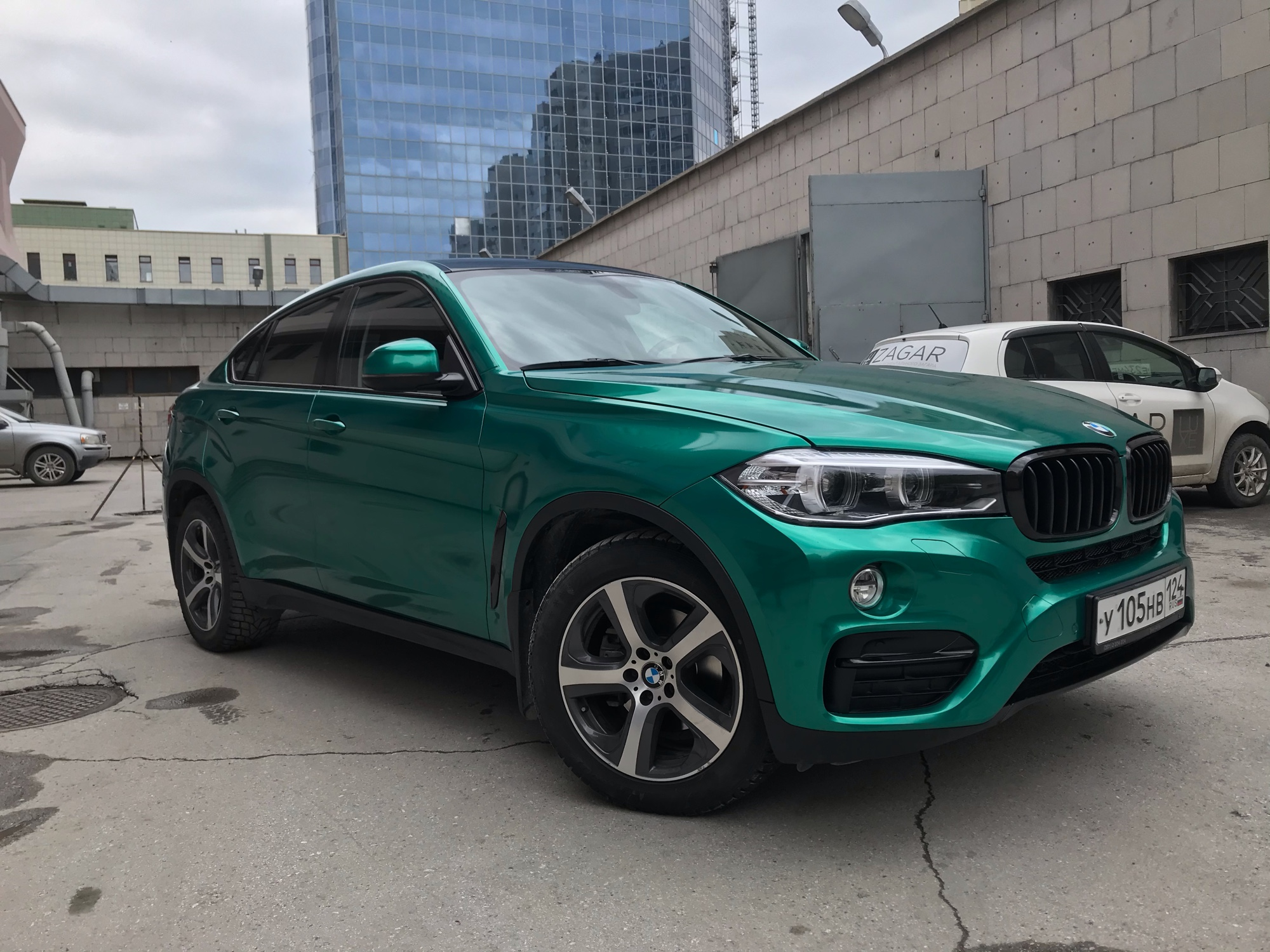 BMW X6 в автопленке Avery SWF Dark Green Pearlescentl
